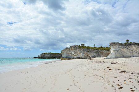 Empty beach of Eleuthera island, Bahama. Sandstone rocks landscape. Imagens