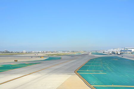 LOS ANGELES, CA, USA - MARCH 30, 2018 : The runway of Los Angeles LAX airport. Редакционное