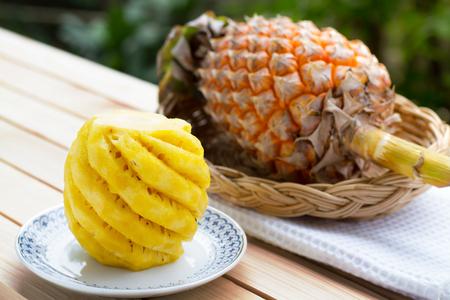 stunning: Pineapple on wooden table