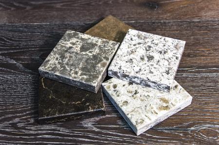 Granit Farbmuster auf Holztisch Standard-Bild