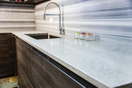 #73998580   Braune Moderne Schränke Mit Küchen Arbeitsplatte, Granit Zähler  Und Quarz Backsplash