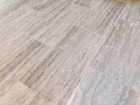 Azulejos de pizarra instalados en baño o cocina como suelo. Concepto de renovación