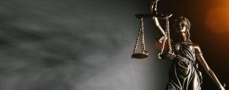 Estatua de la justicia de la señora sobre fondo brillante - Vista lateral con espacio de copia.