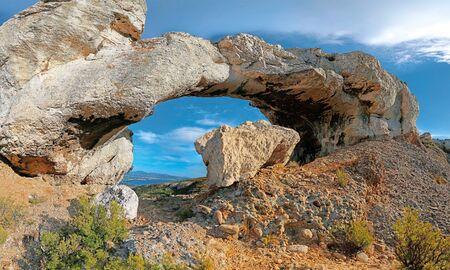The stone arch on the ridge road leaving the town of La Ciotat 版權商用圖片