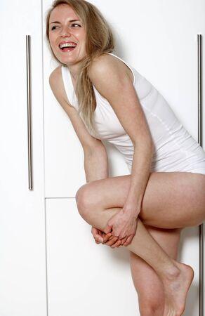 femme en sous vetements: TYoung femme dans la cuisine en lingerie blanche