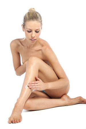 donna completamente nuda: Bella giovane donna in stile bellezza posare nuda su sfondo bianco
