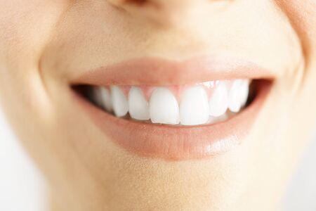 muela: Detalle de una sonrisa de la mujer que muestra los dientes blancos y limpios Foto de archivo