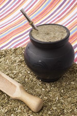 yerba mate: de cerca de un matero con yerba mate y bombilla