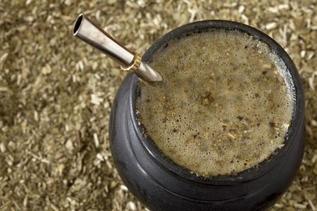 yerba mate: Primer plano de un matero con yerba mate y bombilla