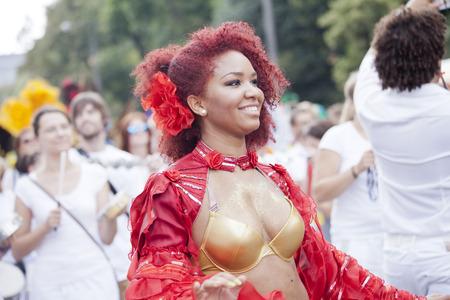 straat feest: Warschau, Polen, 31 augustus: Unidentified Carnaval danser op de parade op Warschau Multiculturele Partij van de Straat op 31 augustus 2014 in Warschau, Polen.