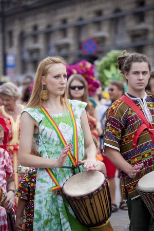 straat feest: Warschau, Polen, 31 augustus: Unidentified Carnaval muzikant op de parade op Warschau Multiculturele Partij van de Straat op 31 augustus 2014 in Warschau, Polen. Redactioneel
