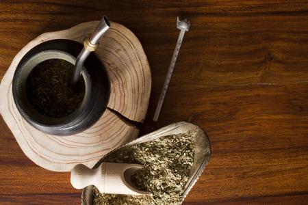 yerba mate: yerba mate de calabaza en la mesa de madera Foto de archivo