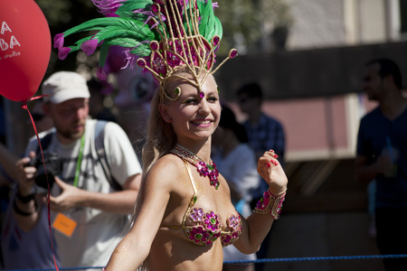 janeiro: WARSAW, POLAND, AUGUST 28: Unidentified Carnival dancer on the parade on Warsaw Multicultural Street Parade on August 28, 2016 in Warsaw, Poland.