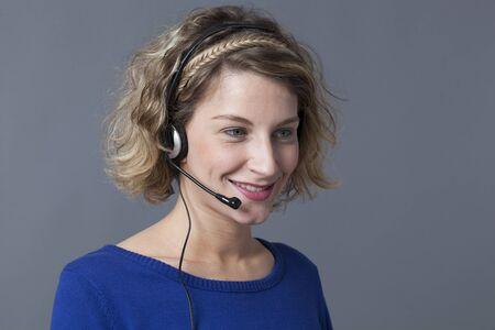 answering phone: centrado mujer joven con auriculares para responder a la llamada de tel�fono Foto de archivo