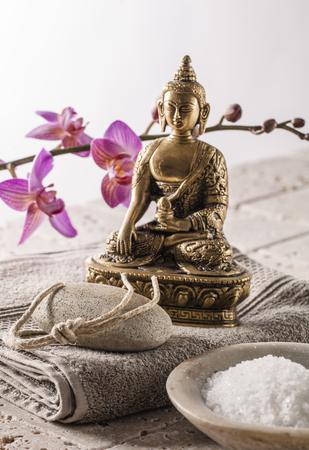 mimos: p�mez pedicura y concepto con la sal de ba�o de mimos y espiritual fondo de Buda Foto de archivo