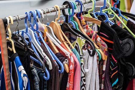 vestidos antiguos: exhibici�n de ropa de segunda mano en el estante para la caridad, donaci�n, reutilizaci�n o reventa de segunda vida vendida en venta de garaje para los fan�ticos de la moda o de compras econ�mica Foto de archivo