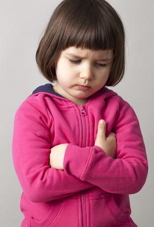 ni�as peque�as: tristes ni�o de 4 a�os de edad que expresa la frustraci�n y la infelicidad