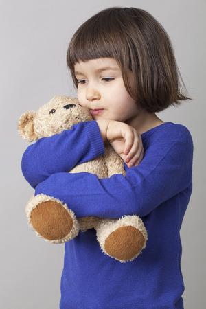 mimos: lindo niño pequeño mimando a su edredón para la relajación y suavidad