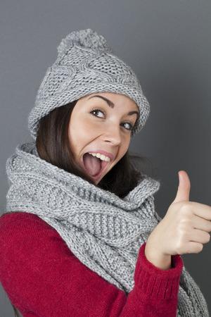 chicas sonriendo: Acuerdo concepto - �xtasis fabricaci�n de la mujer joven morena dando un pulgar hacia arriba para el acuerdo