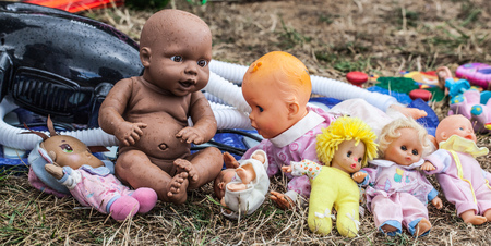 oldie: display of old dolls and baby dolls in plastic and fabric sold at flea market for antique collection Stock Photo