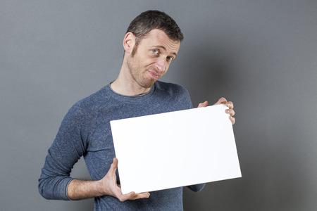 discreto: 40s discreto hombre sospechar la verdad sobre una reclamaci�n realizada en su tablero blanco