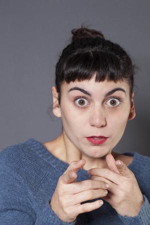 decepci�n: sorpresa y decepci�n concepto - retrato de una mujer de 20 a�os sorprendi� morena reconocer a alguien con miedo en los ojos, tiro del estudio Foto de archivo