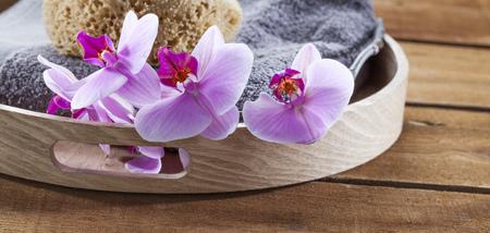 masajes relajacion: ritual de belleza para el tratamiento de spa con esponja natural, toalla, flores y accesorio de masaje Foto de archivo
