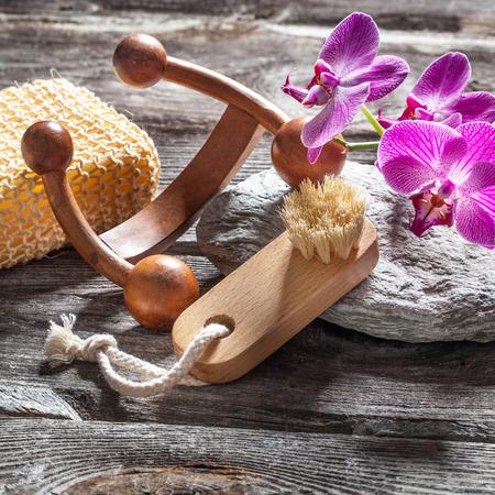 mimos: concepto de tratamiento de belleza spa - s�mbolos de masaje, limpieza y cuidado de las u�as para mimarse establece en la madera vieja, fondo gris de la textura de piedra para decoraci�n feng shui genuina Foto de archivo