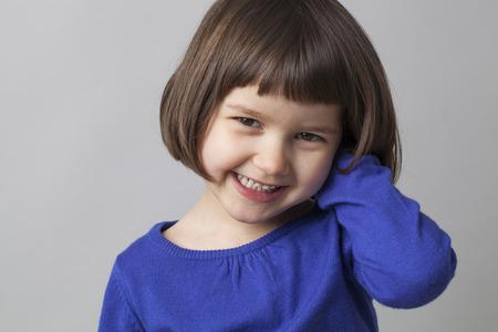 jonge gelukkig preschool meisje lachend in de voorkant van de camera naar geluk