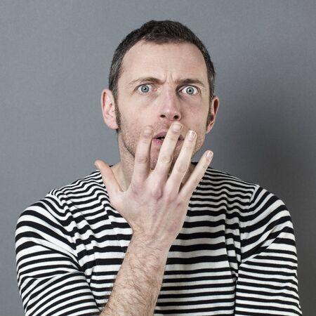 decepci�n: sorpresa y decepci�n concepto - 40s hombre asustado con la mano en el primer plano de la incomprensi�n y confusi�n gesto, tiro del estudio Foto de archivo