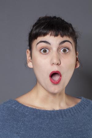 decepci�n: sorpresa y decepci�n concepto - retrato de una mujer de piel clara 20s Morena actuaci�n, estudio de disparo sorprendida y confusa