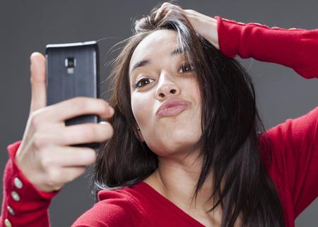 sexy young girl: великолепный смешанной расы молодая женщина надуть ее автопортрет на сотовый телефон Фото со стока