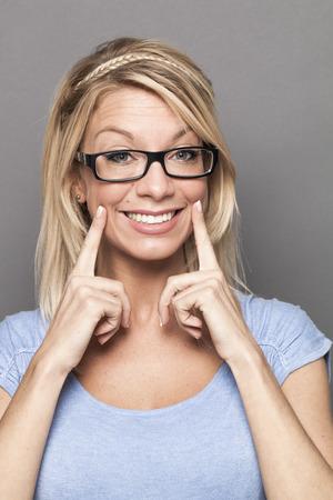 hipocresía: concepto de la hipocresía - 30s moda mujer rubia con una sonrisa falsa expresar sentimientos artificiales para mostrar el éxito hipócrita