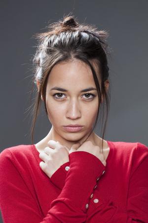 violencia intrafamiliar: concepto de la seducci�n - retrato de miedo chica de raza mixta hermosa mirando protegi�ndose con las manos a su pecho que expresan oposici�n a la violencia dom�stica, tiro del estudio