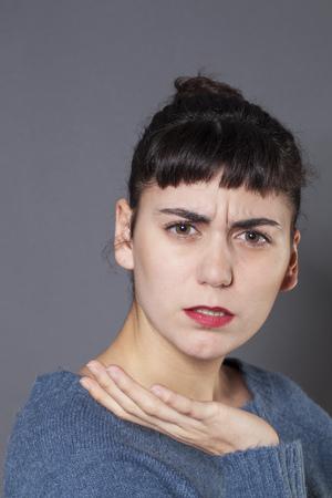 mujer decepcionada: la duda y la preocupaci�n concepto - retrato de mujer joven ofendida decepcionado y quejas, tiro del estudio