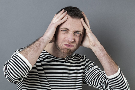 desilusion: confusión o el concepto de dolor de cabeza - ansiosos hombre de mediana edad con la cabeza para la decepción que expresa el desánimo Foto de archivo