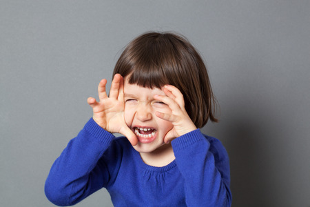 garra: cabrito diversión concepto - enérgica niño preescolar que jugar como un monstruo o un tigre rugiendo con las manos como garras de juego de miedo, tiro del estudio