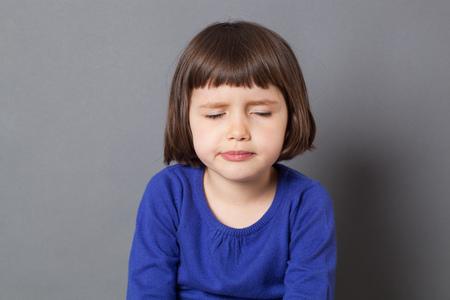 mignonne petite fille: kid concept de l'attitude - moue de 4 ans enfant aux yeux de cl�ture bob coupe pour la fatigue ou l'ennui, tourn� en studio