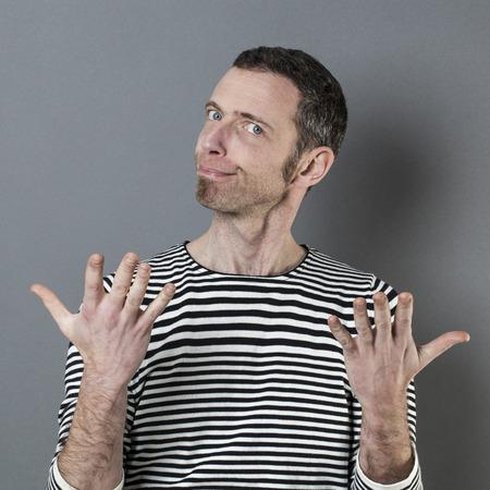 decepci�n: juzgar concepto mental - 40 sospechosos hombre con gesto de la mano que expresa la desconfianza y decepci�n, tiro del estudio