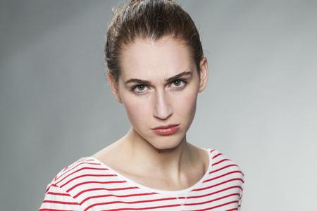 desconfianza: juzgar concepto mental - enfurru�ado mujer 20s magn�ficos expresar la culpa y la desilusi�n con una mirada sucia, tiro del estudio