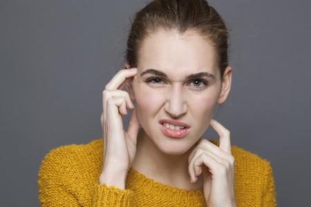 confundido: duda y confusión concepto - Retrato de confundirse hermosa chica de 20 años que expresa la desconfianza y la sospecha, tiro del estudio sobre fondo gris Foto de archivo