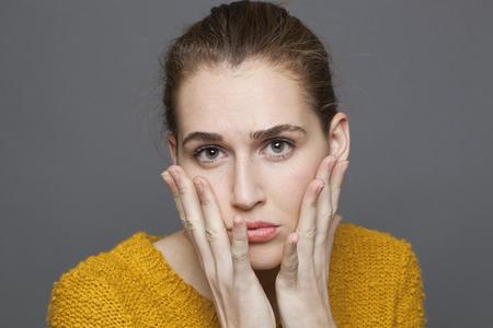 desconfianza: duda y confusión concepto - retrato de nervioso hermosos 20s chica expresar la ansiedad y la desconfianza, tiro del estudio sobre fondo gris