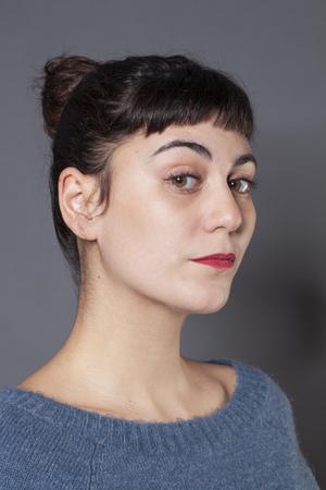 arrogancia: orgullo y la arrogancia - ofendidos mujer joven que expresa su desacuerdo y actitud, fondo gris en estudio Foto de archivo