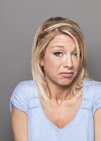 arrogancia: concepto de negligencia - falsa mujer rubia joven que expresa la arrogancia descuidada por error, tiro del estudio Foto de archivo