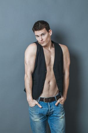 nackte brust: Muskel-Konzept - peinlich junge Mann seinen großen muskulösen Arme in seine Hosentaschen legte seine Muskeln und nackte Brust, Studio gedreht, niedrige Kontrastwirkung zu verbergen