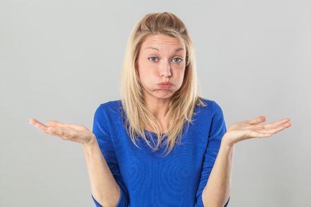 Müdigkeit oder Langeweile Konzept - frustriert junge, blonde Frau, die ihre Wangen heraus für Resignation und Desillusionierung mit Handgeste schnaufend, Studioaufnahme