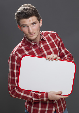 desilusion: Panel de aviso - hombre joven estudiante infeliz reclamando su decepción en un banner copia espacio, fondo gris