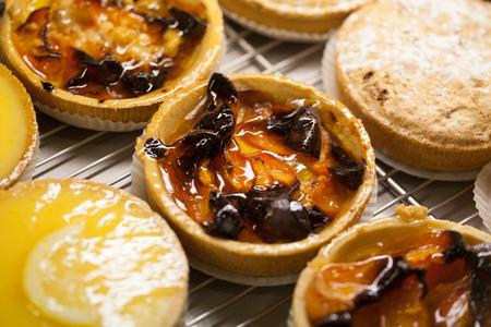 lemon pie: tarta de albaricoque y tarta de lim�n en la tienda del panadero