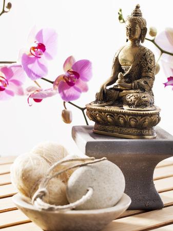 luffa et pierre exfoliante avec Bouddha et orchidées sensuelles