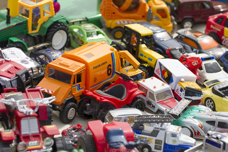 ton plastic speelgoed en kind auto's in het display op rommelmarkt